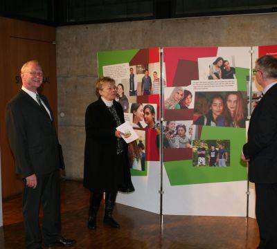 Ausstellungeröffnung mit Joachim Färber, Ruth Leppla und Oberbürgermeister Dr. Klaus Weichel (vlnr)