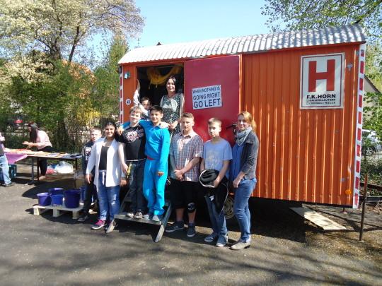 Kinder der Lina-Pfaff-Realschule sowie Gäste bei der Einweihungsfeier des neuen Bauwagens für das Projekt 'Engagement statt Aufgeben'  © Stadt Kaiserslautern