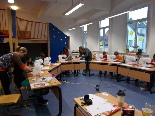 Die Viertklässlerinnen und Viertklässler der Luitpoldschule konnten unter professioneller Anleitung selbst Hand an die Nähmaschine legen.  © Stadt Kaiserslautern