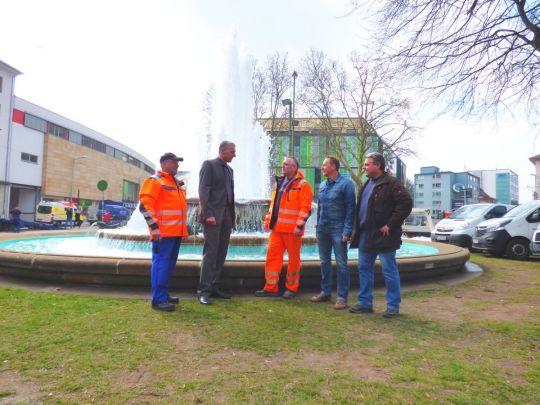 Beigeordneter Peter Kiefer mit den Mitarbeitern des Referats Gebäudewirtschaft vor dem sprudelnden Fackelbrunnen © Stadt Kaiserslautern