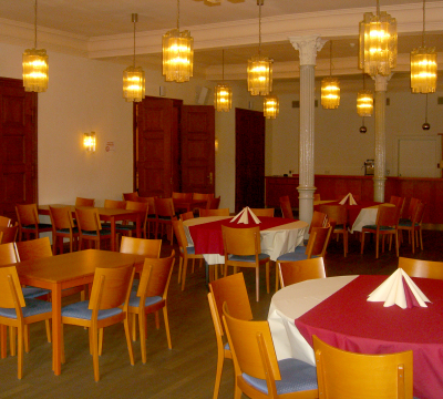'Grüner Saal' furnished with chairs and tables