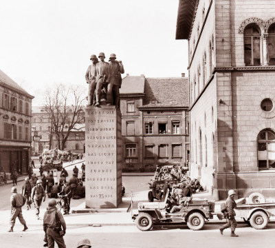 Soldiers of the 3rd US Army at the 23rd monument in front of the Fruchthalle. Taken on 21/03/1945