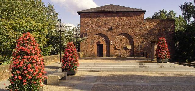 Der historische Pfalzgrafensaal mit roter Bepflanzung im Vordergrund ...
